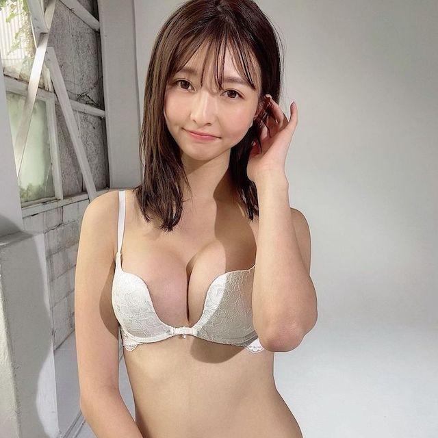 橋本萌花粉紅內衣秀白皙