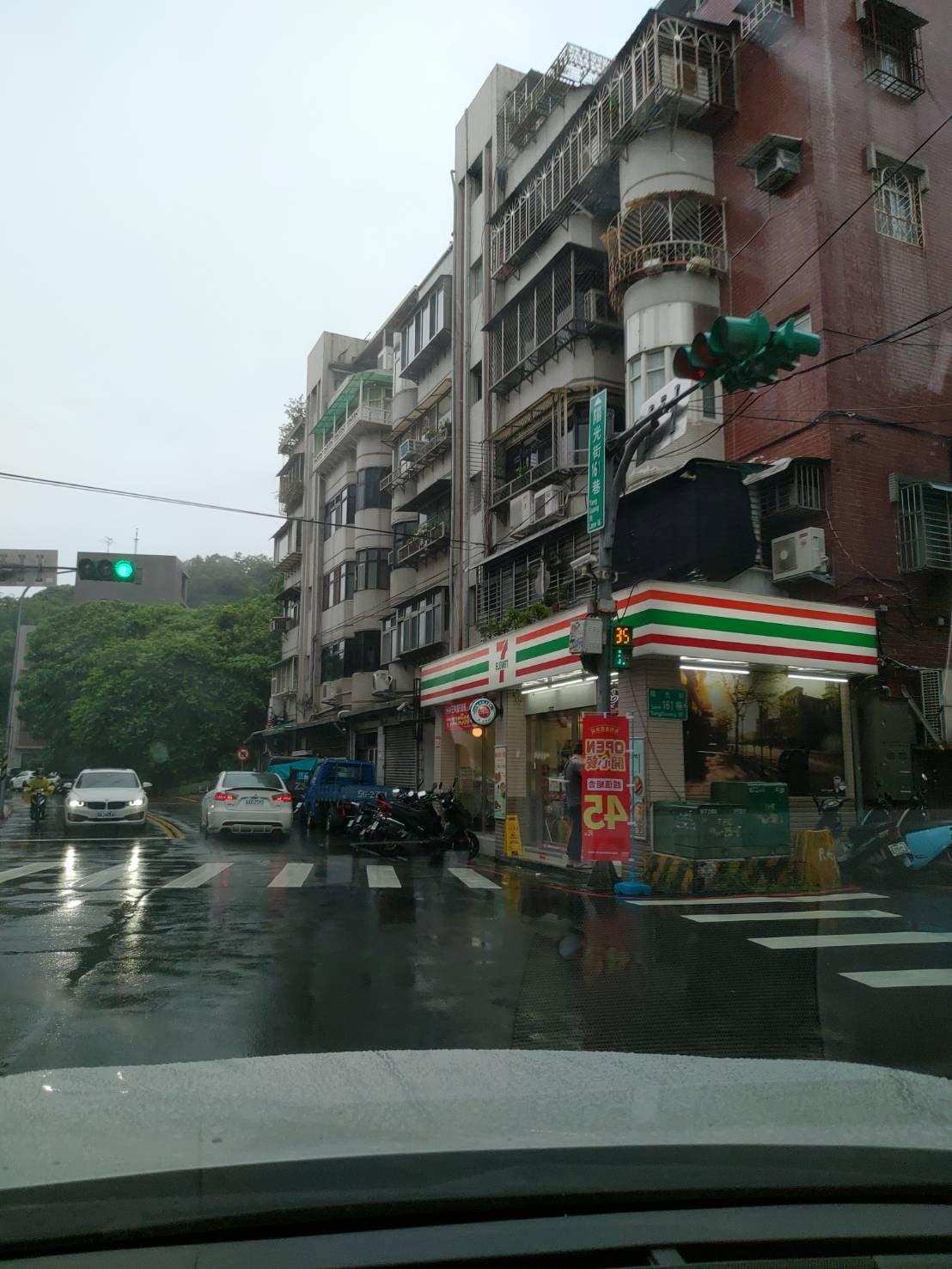 為了怕暴雨淹水... 內湖陽光街正妹