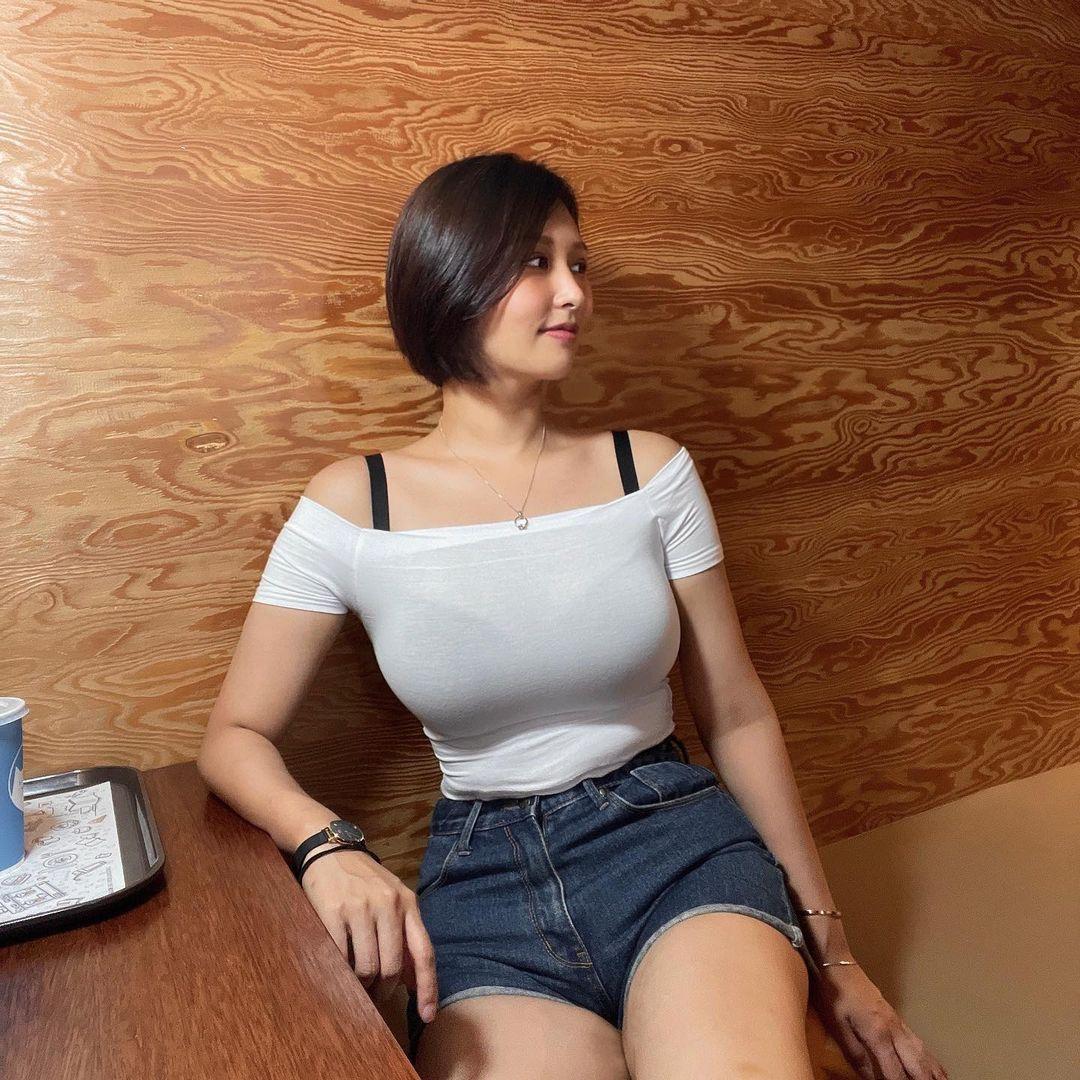 短髮秘書深V